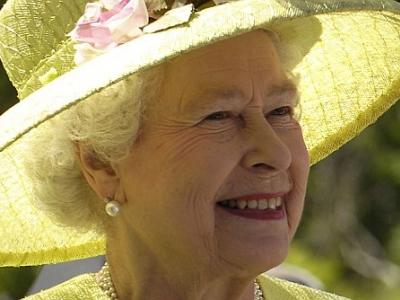 Queen Elizabeth II. und früherer IRA-Führer reichen sich die Hand