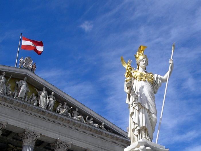 Wien: Brand auf Dach des Parlamentsgebäudes