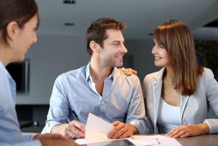 www.ratgeberzentrale.de Umgang mit Geld - Menschen im Büro